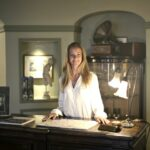 Image of hotel receptionist in the post how translation can benefit the hotel industry